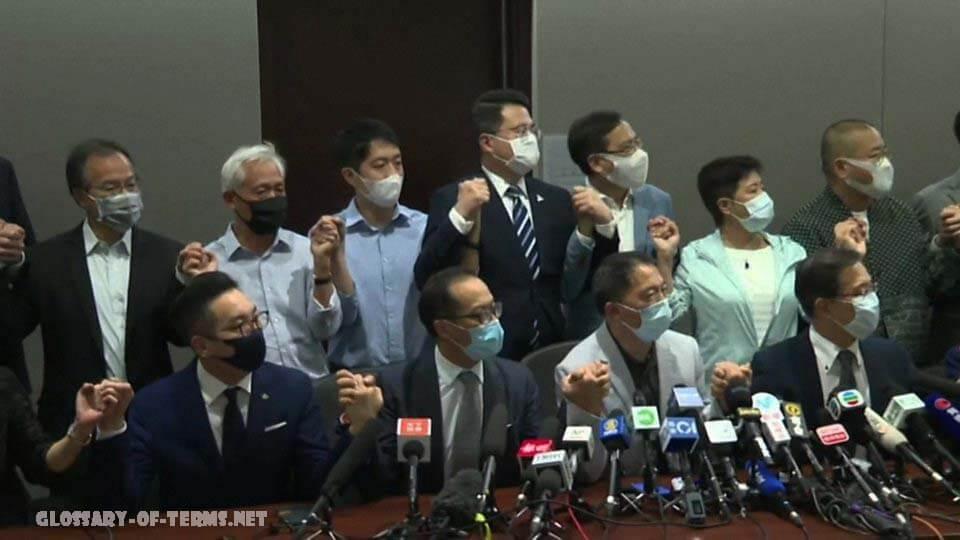 จีนประณาม ผู้ร่างกฎหมายฝ่ายค้าน รัฐบาลจีนได้ประณามการลาออกของฝ่ายค้านส่วนใหญ่ของฮ่องกงจากรัฐสภาว่าเป็นการ ท้าทายอย่างเปิดเผย